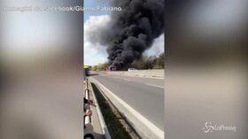 Milano, le immagini del bus dato alle fiamme sulla Paullese