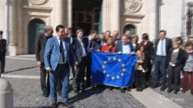 Roma, deputati Pd aderiscono all'appello di Prodi: a Montecitorio con la bandiera europea