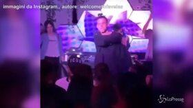 Gli spettatori lo insultano, Young Signorino lancia il microfono e abbandona il palco