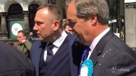 Nigel Farage colpito da un milkshake a Newcastle