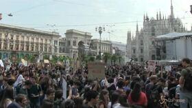 """Clima, studenti in piazza a Milano: """"Ci siamo rotti i polmoni"""""""