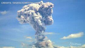 Bali, la spettacolare eruzione del vulcano Agung: fumo e cenere fino a 2mila metri