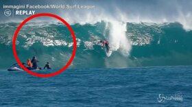 Il surfista è circondato dai delfini: le immagini diventano virali