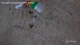 Si lancia con il paracadute ma si schianta contro la roccia: è salvo per miracolo