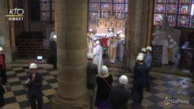 Parigi, prima messa a Notre-Dame dopo l'incendio