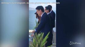 Napoli, Conte si affaccia al balcone e parla con l'uomo in mutande