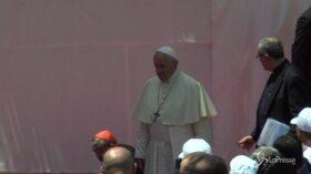 Napoli, il cardinale Sepe inciampa mentre scende dal palco con il Papa