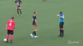 Olanda, l'arbitro mette mano al taschino...e si asciuga dal sudore