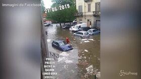 Torino, il maltempo trasforma Porta Palazzo in una piscina a cielo aperto