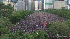 Hong Kong, la pioggia non fema i manifestanti: in migliaia per le strade