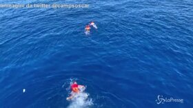 Open Arms, alcuni migranti si tuffano in mare per raggiungere a nuoto Lampedusa
