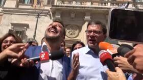 """Salvini in piazza con Giorgetti, siparietto davanti ai giornalisti: """"Ogni tanto sbaglia anche Matteo"""""""