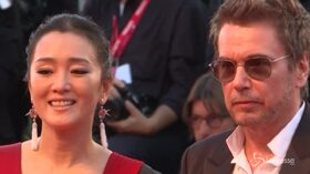 Venezia, Gong Li sul red carpet con il marito Jean-Michel Jarre