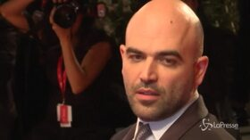 Roberto Saviano protagonista sul red carpet del Festival di Venezia
