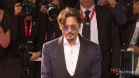 Festival Venezia: Johnny Depp sul red carpet, fan in delirio
