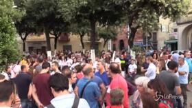 """Acerra, la marcia dei cittadini nella Terra dei Fuochi: """"Siamo stufi dei roghi"""""""