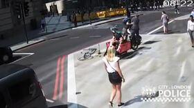 Londra ciclista passa col rosso e dà una testata a un pedone