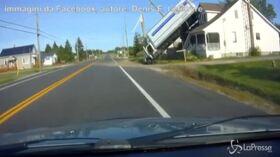 """Camion sbanda, si """"impenna"""" e finisce sul tetto di una abitazione"""
