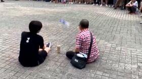 L'uomo con la bottiglia, il nuovo beniamino (virale) delle proteste a Hong Kong