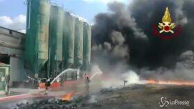 Incendio in fabbrica, una colonna di fumo nero nel cielo di Avellino