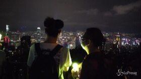 Le colline di Hong Kong si illuminano: i manifestanti sulla Lion Rock