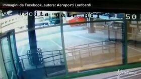 Malpensa aeroporto, lo schianto del mezzo dei vigili del fuoco contro il passaggio imbarchi: 2 feriti