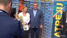 Atreju, la Meloni accoglie Orban: il leader ungherese ricambia con fiori e baciamano