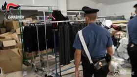 Torino, scoperto a Ciriè laboratorio clandestino di abbigliamento: un arresto