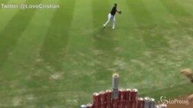 Colpisce la lattina sugli spalti direttamente dal campo: il lancio del giocatore di baseball è virale