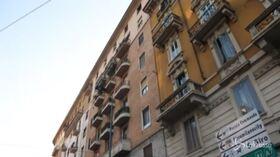 Milano, precipita dall'ottavo piano con figlia di 2 anni in braccio: 43enne morta sul colpo