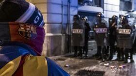 Un'altra notte di scontri a Barcellona, un'ottantina i feriti