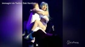 Lady Gaga e il fan, dopo l'abbraccio la rovinosa caduta