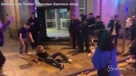 Spintoni e manganellate ai manifestanti, bufera sugli agenti a Barcellona
