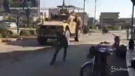 Siria, truppe Usa si ritirano: i curdi lanciano sassi sui blindati