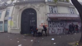 Parigi, massacrato a terra dai poliziotti: indignazione in Francia