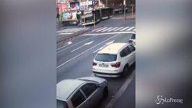 Milano, incidente filobus-camion Amsa: il video dello schianto