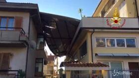 Ascoli Piceno, il vento spazza via la copertura di una palazzina
