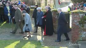 La Regina a messa accompagnata dal figlio Andrea